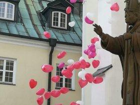 Balony z helem serca biało czerwone