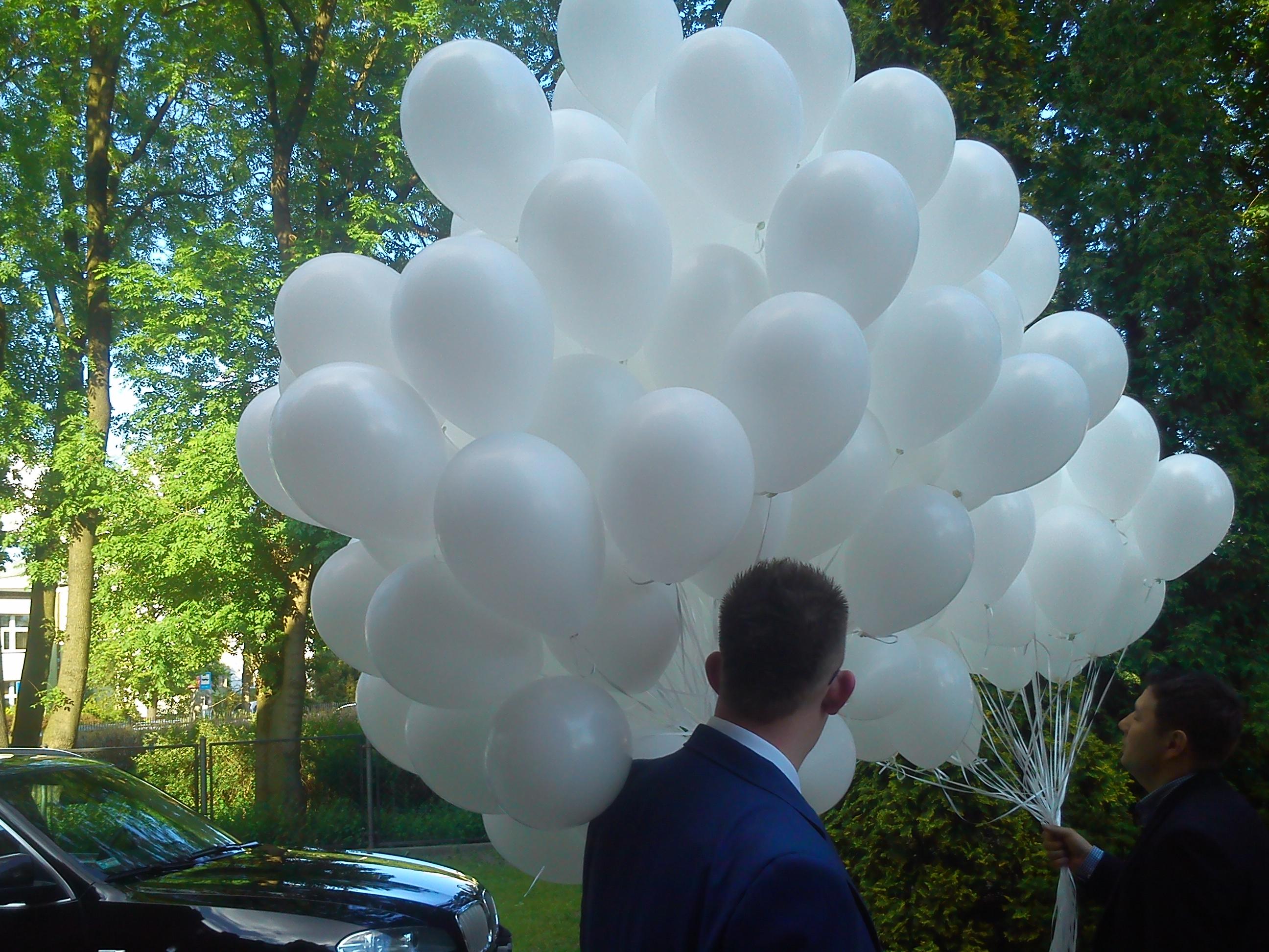 pęk białych balonów na ślubie